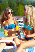 Beautiful girls talking on summer beach — Stockfoto