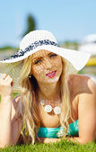 Beautiful woman in hat on summer vacation — Stock Photo