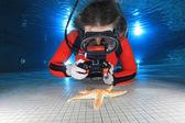 Kobieta nurkowania z aparatem — Zdjęcie stockowe