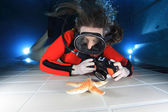 Scuba woman with camera — Stock Photo