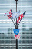 UN and USA flags with the United Nations Secretariat building — Zdjęcie stockowe