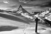 Matterhorn en wegwijzer — Stockfoto