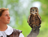 Woman falconer — Stock Photo