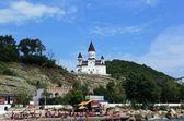 Uitzicht vanaf de zee aan de kerk van st. nicholas. armeens-apostolische kerk. nederzetting novomikhailovsky toeapse district, kraj krasnodar, rusland. — Stockfoto