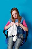 Mulher de malhas, sentado em uma cadeira de escritório — Foto Stock