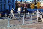Three girls go on stilts on the Petrograd embankment, Saint-Petersburg, Russia. — Stok fotoğraf