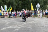 Stand on the front wheel of a motorcycle in the performance of Thomas Kalinin Verhovazhe Vologda Region, Russia — Stok fotoğraf