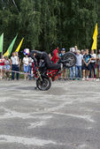 Stand on the front wheel of a motorcycle in the performance of Alexei Kalinin on the motorcycle show in Verhovazhe the Vologda region, Russia — Photo