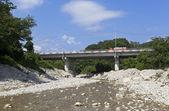 Ponte rodoviária sobre o rio na aldeia de dederkoy da silva, distrito de tuapse, krasnodar krai, rússia — Fotografia Stock