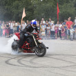 The smoke from the wheel of the motorcycle  Alexei Kalinin motorcycle show in the village Verhovazhe, Vologda region, Russia — Foto Stock