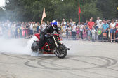 The smoke from the wheel of the motorcycle Alexei Kalinin motorcycle show in the village Verhovazhe, Vologda region, Russia — Photo