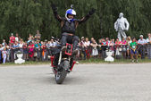 Motorcycle Show in Verkhovazhye, Vologda Region, Russia. Alexei Kalinin raised his hands to the top and welcomes visitors — Stock Photo