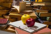 Gläser äpfel und bücher — Stockfoto