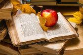 Apple och öppna gamla boken — Stockfoto