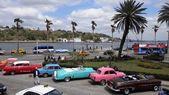 Classic cars along Havana waterfront — Stock Photo