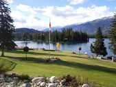 Bord du lac vue depuis le fairmont jasper park lodge — Photo