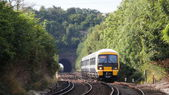 Brittiska tåget närmar sig plattform. — Stockfoto
