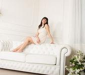 Mulheres orientais no sofá. — Fotografia Stock