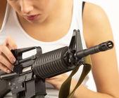 Kvinna med gevär — Stockfoto