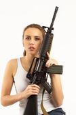 женщина с винтовкой — Стоковое фото