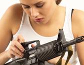 Femme avec fusil — Photo