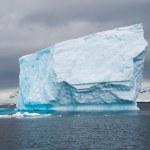 Huge iceberg drift in the Antarctic sea — Stock Photo