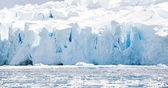 Enorme ijsplateau op het strand — Stockfoto