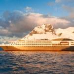 Cruise ship in Antarctica — Stock Photo