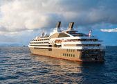 круизный корабль в водах антарктики — Стоковое фото