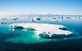 Akvamarín ledovce s tučňáci — Stock fotografie