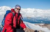 Dívka v červené bundě na vyskladnění hory, antarktida — Stock fotografie