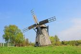 Windmühle auf einem hügel — Stockfoto