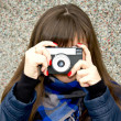 A girl takes a picture on the camera — Stock Photo