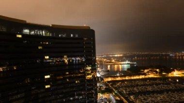 Zeitraffer des Gebäudes und Marina bei Nacht San diego — Stockvideo