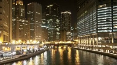 Downtown Chicago Waterway at Night - Zoom — Stok video