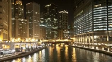 Downtown Chicago Waterway at Night - Zoom — Stock Video