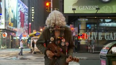 Times Square Street Performer — Stock Video