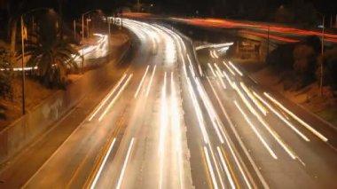 отель la city трафик ночью - timelapse — Стоковое видео