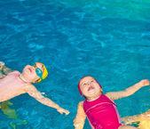 Enfants dans une piscine — Photo