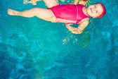 Bambino in una piscina — Foto Stock