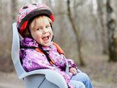 ребенок в велосипеде сиденье — Стоковое фото