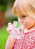 Niño con taza de agua — Foto de Stock