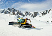 Moving snowcat — Stockfoto