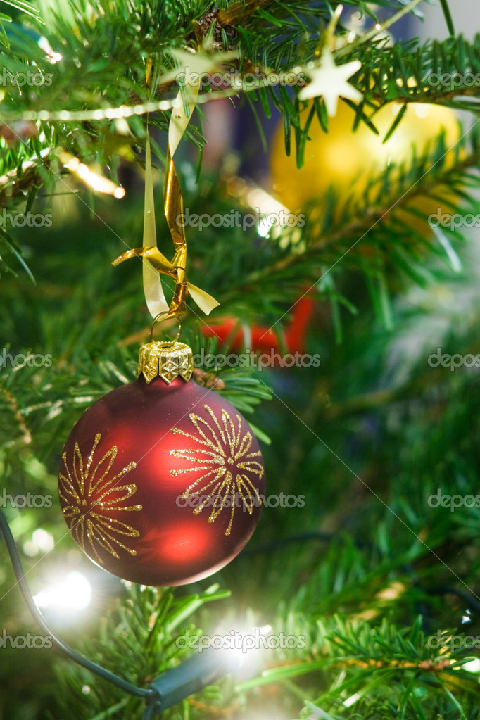 Christmas ball and garland on the fir tree — Stock Photo #13739072