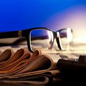 Occhiali su giornali — Foto Stock