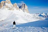 Chodzenie w dół stoku narciarz — Zdjęcie stockowe
