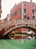Gondoliere veneziano in attesa di un passeggeri — Foto Stock