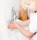 Menina lavar as mãos — Foto Stock