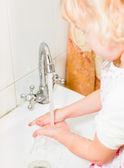 Bambina, lavarsi le mani — Foto Stock