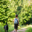 Kid med en hund — Stockfoto